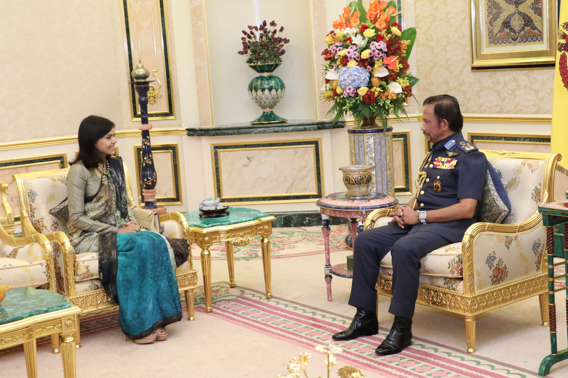 HIS MAJESTY THE SULTAN AND YANG DI-PERTUAN OF BRUNEI DARUSSALAM RECEIVES IN AUDIENCE THE OUTGOING HIGH COMMISSIONER OF THE REPUBLIC OF INDIA TO BRUNEI DARUSSALAM